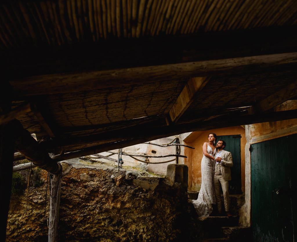 trouwfoto bruid en bruidegom op trappen onder afdak