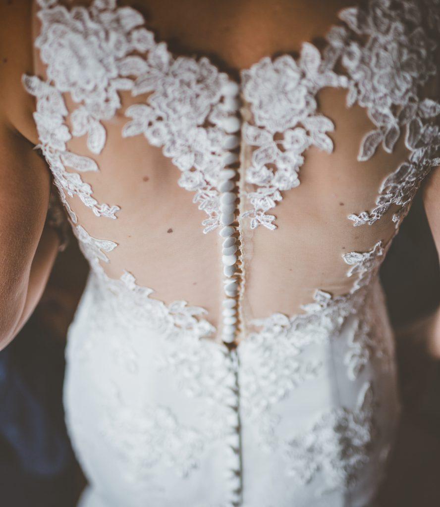 rug van bruid met trouwkleed