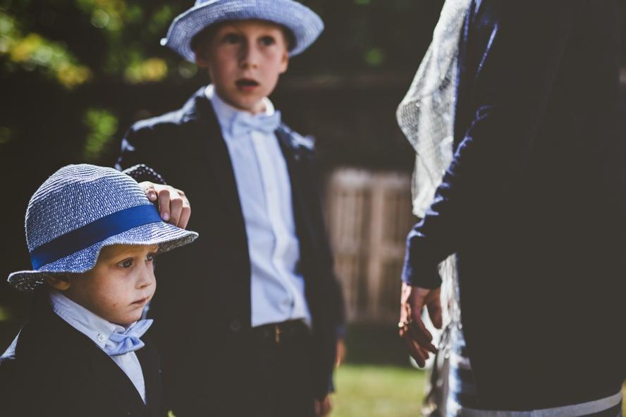 twee kindjes in pak en met hoed op trouw