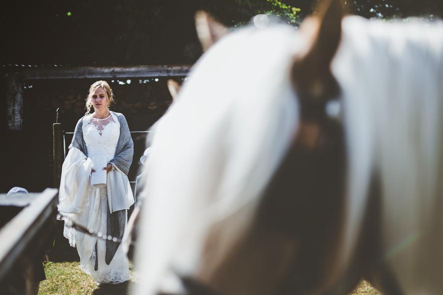 foto van bruid met op voorgrond een paard