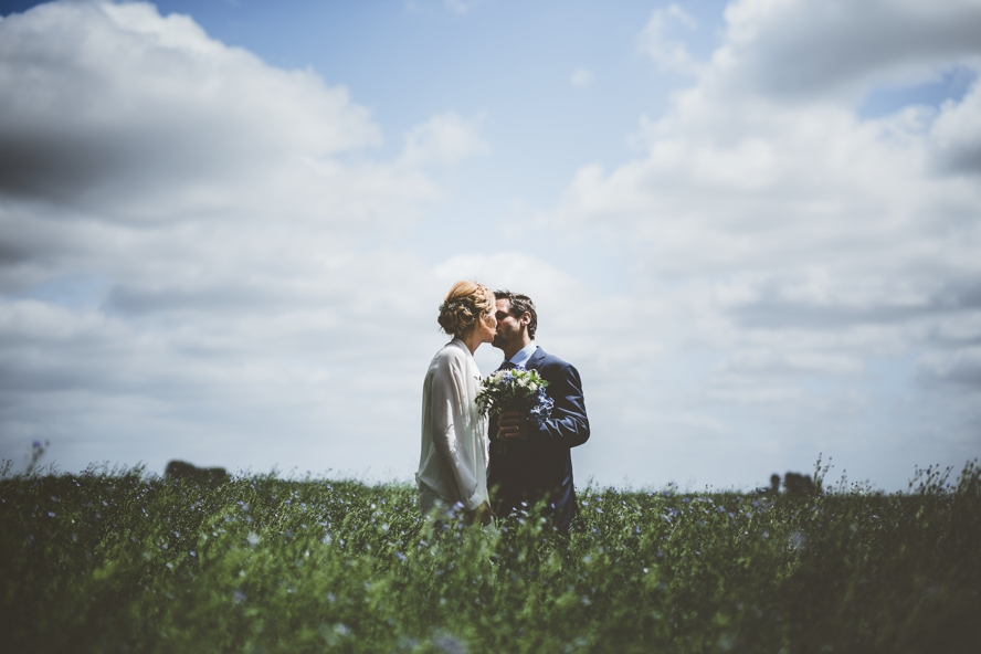 trouwfoto kussend koppel in veld