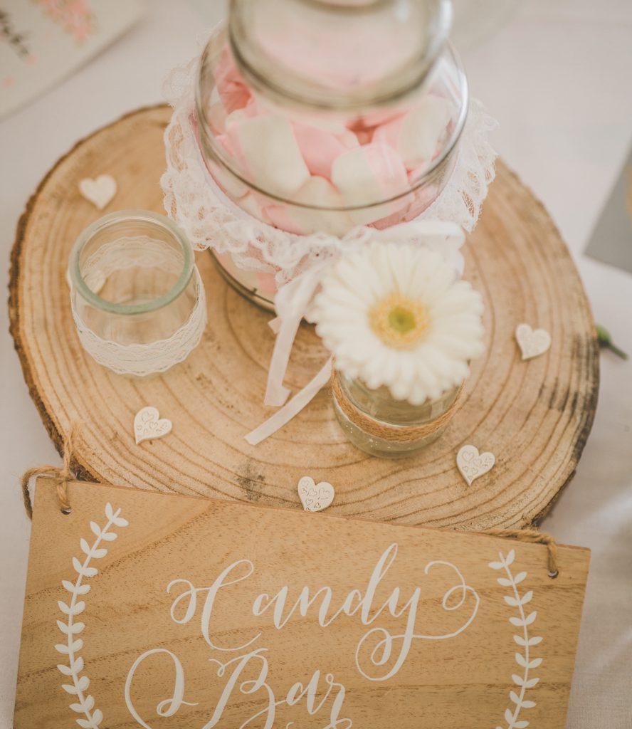Candy bar op houten schijf op huwelijksfeest