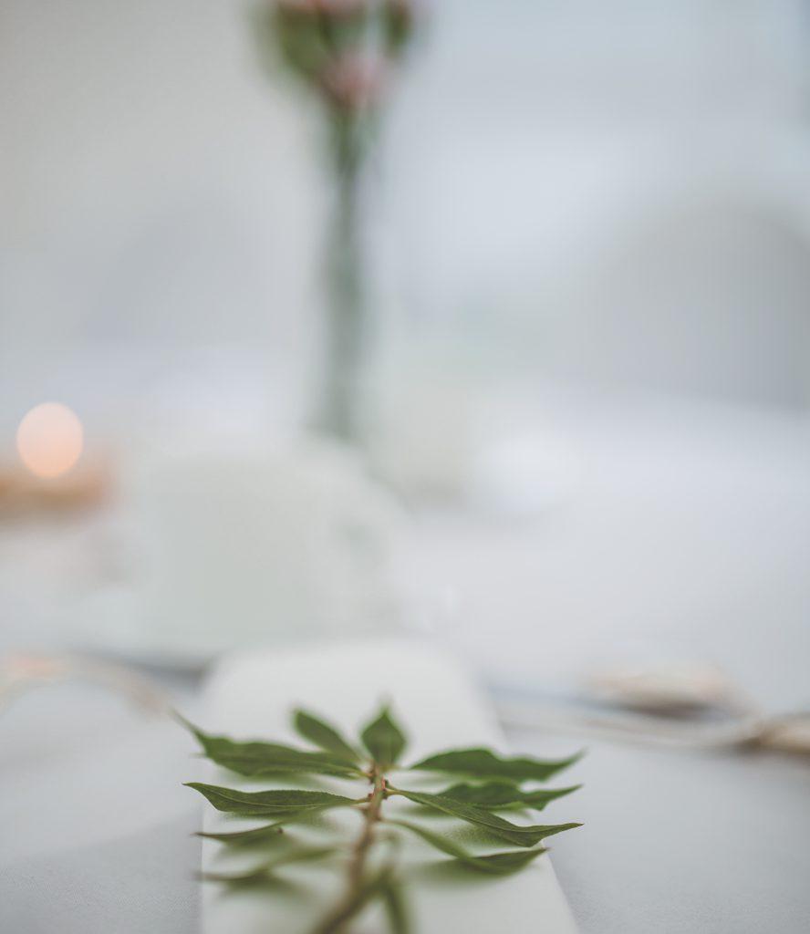 Groen blad op huwelijkstafel