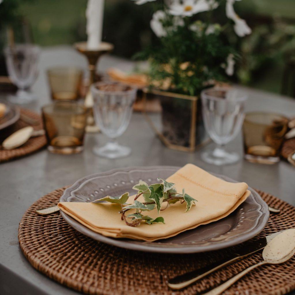 gedekte tafel voor een trouwfeest in frankrijk door Event'L