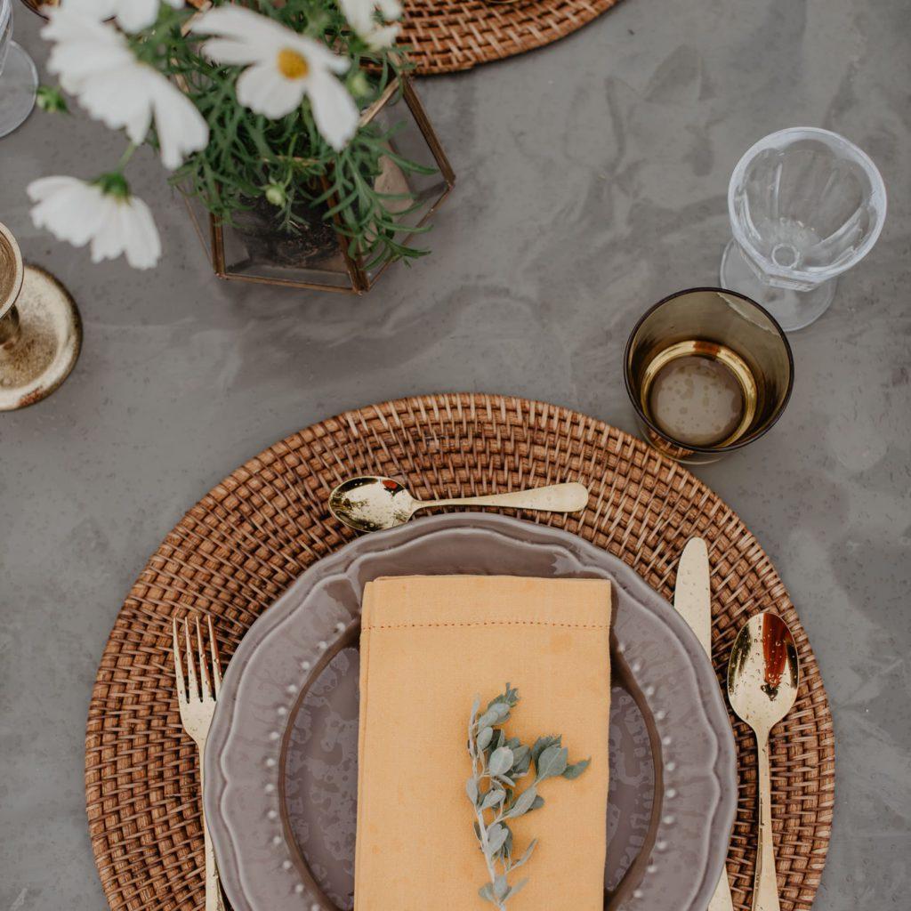 gedekte tafel voor een trouwfeest in de provence