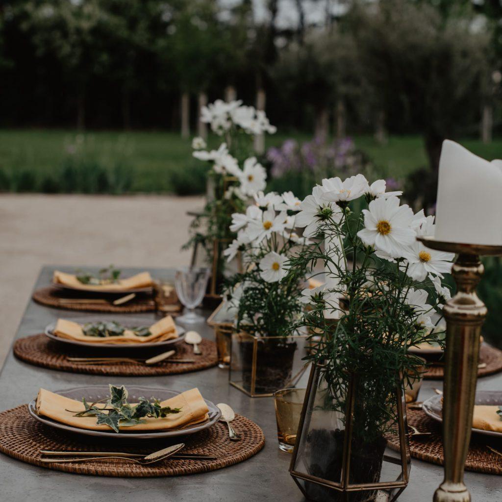 gedekte tafel voor een trouwfeest in de provence frankrijk