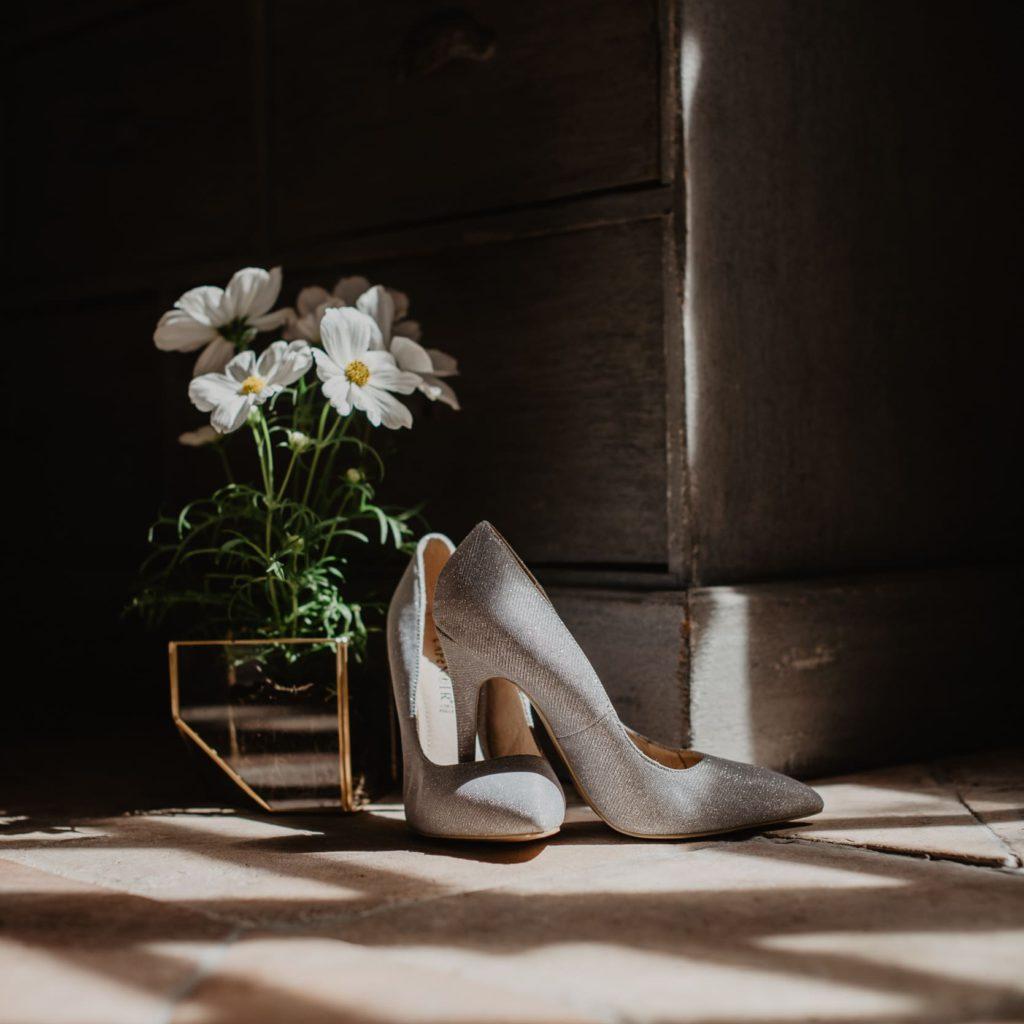 trouwschoenen tijdens het trouwfeest in Frankrijk