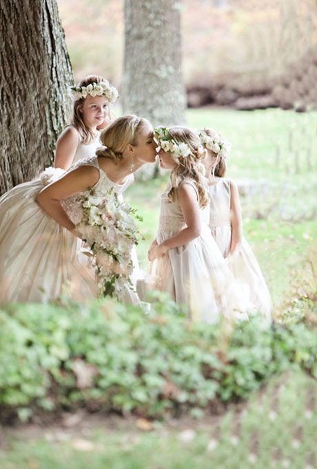 Bruid die bruidsmeisje een kusje geeft