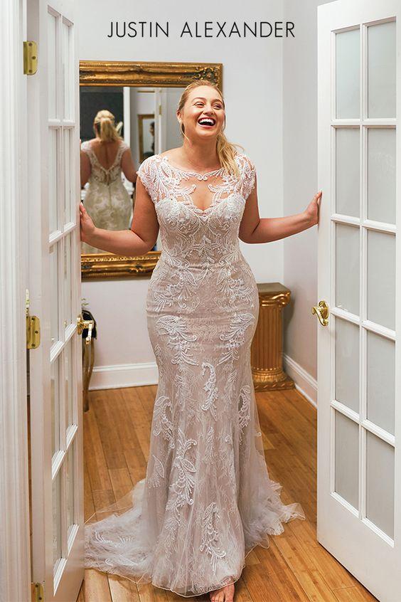 Lachende bruid in deuropening met trouwjurk aan