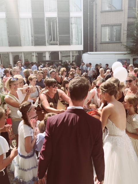 Bruid en bruidegom tijdens gasten