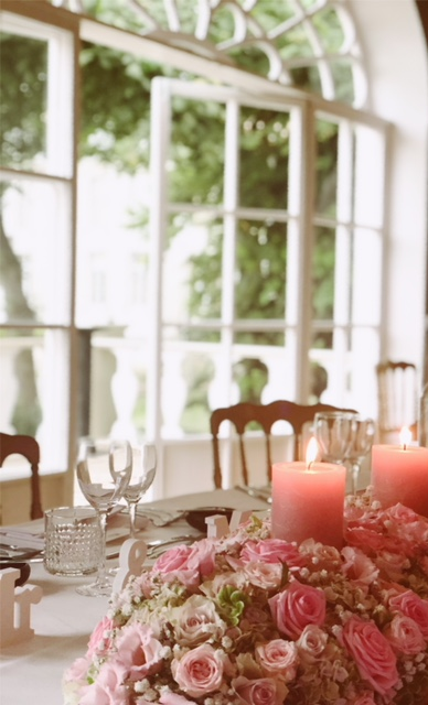 Gedekte tafel huwelijk met roze tinten