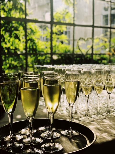 Ingeschonken glazen cava op huwelijk