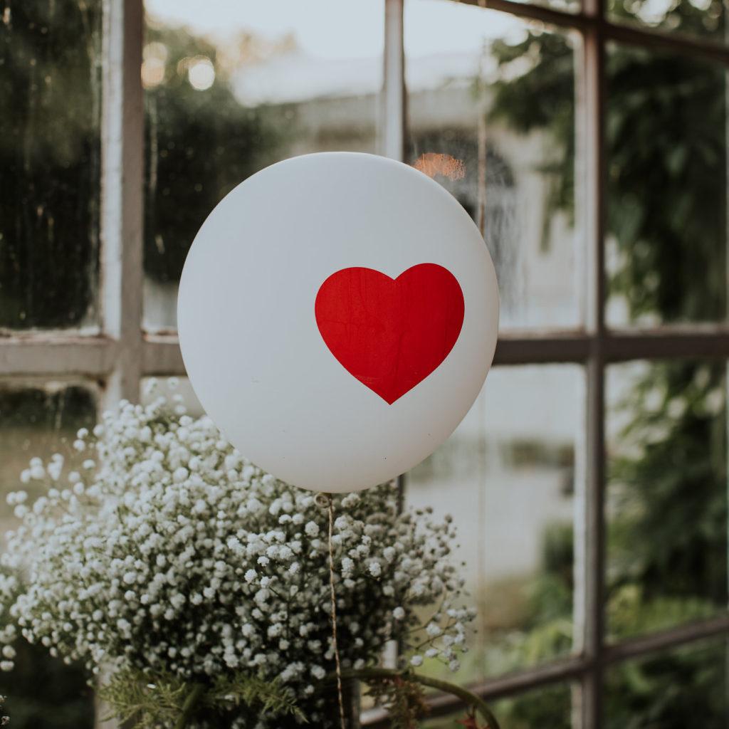 Witte ballon met rood hartje