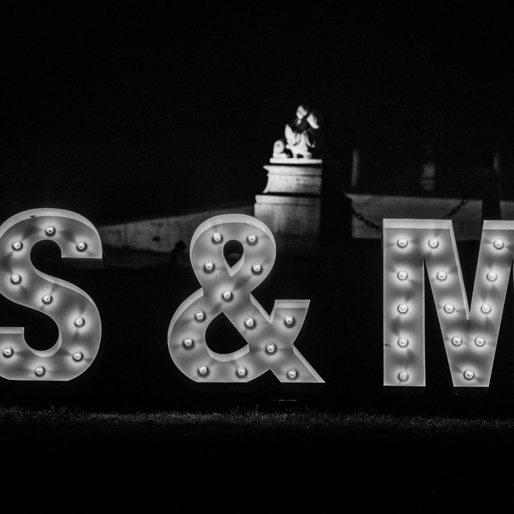 Lichtgevende letters 'S & M' huwelijk