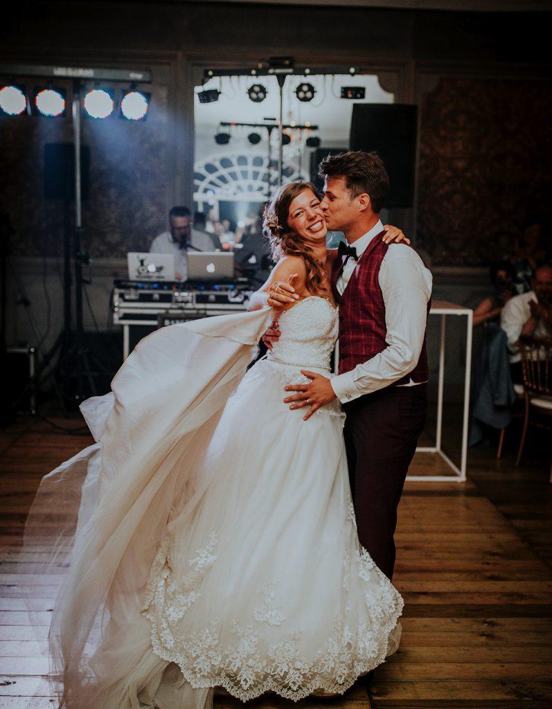 Bruidspaar tijdens huwelijksdans