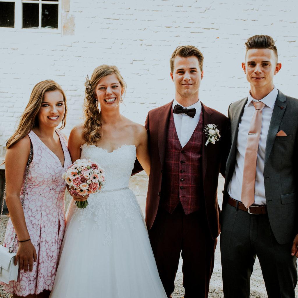 bruidspaar met getuigen ernaast