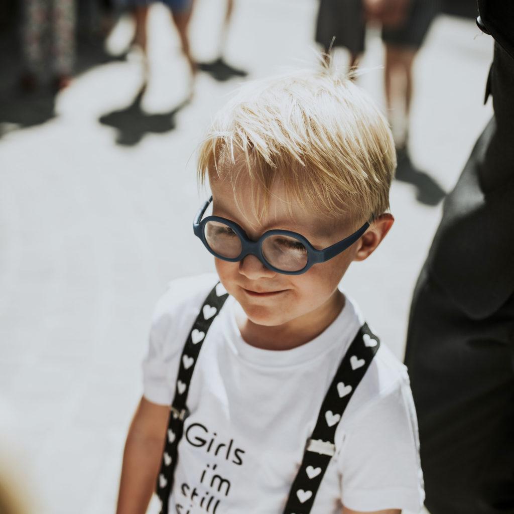 klein jongetje met bril op huwelijk