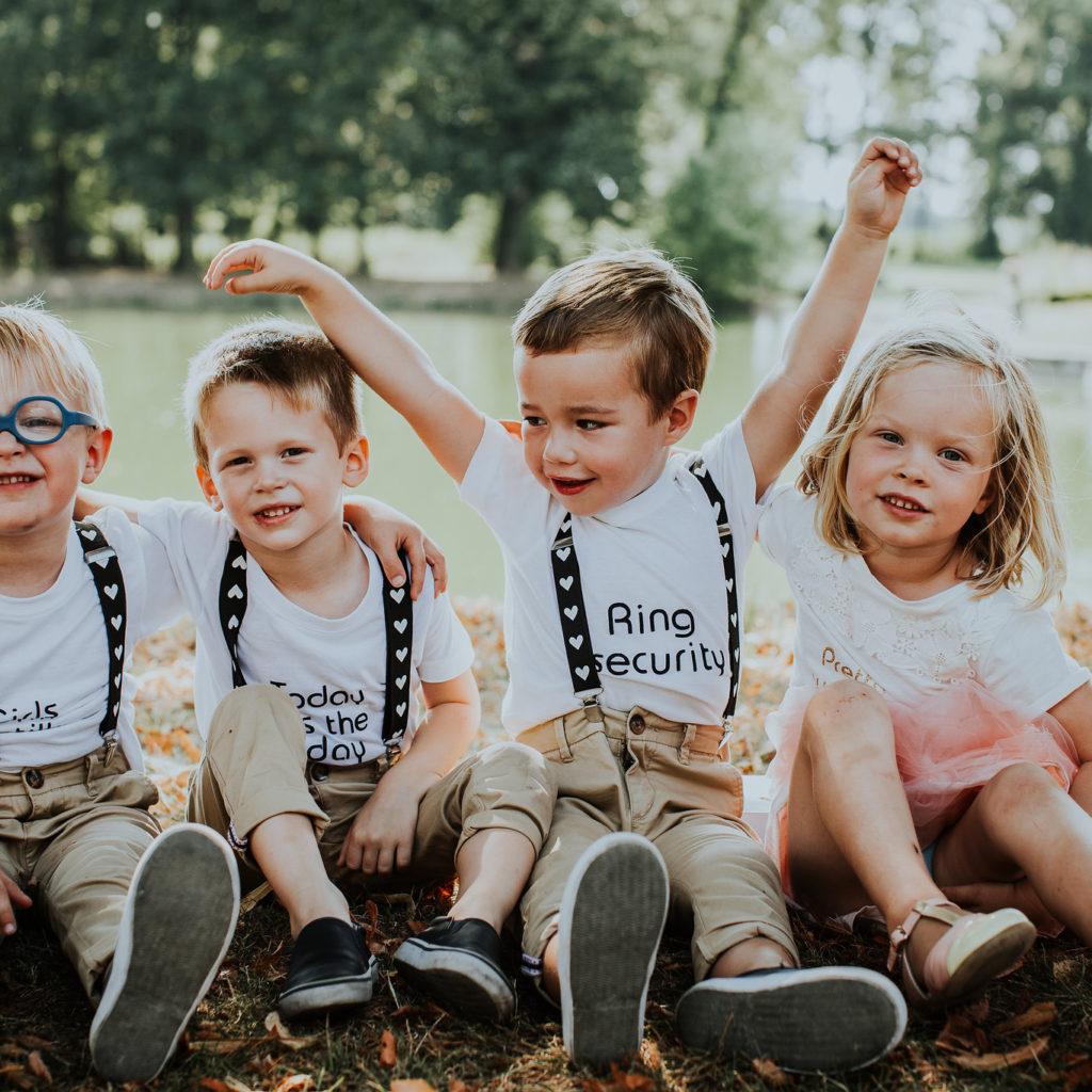 vier kindjes op gras tijdens huwelijk
