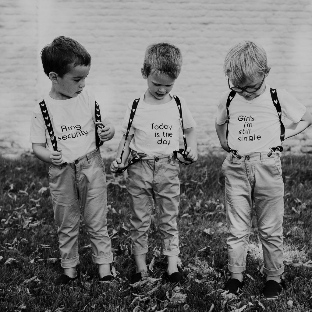 drie jongetjes met grappige tekst op t-shirt
