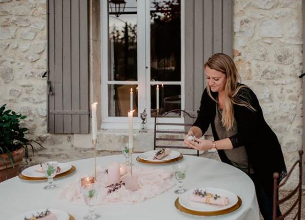 Weddingplanner Liesje van Event'L die een tafel aan het stylen is.