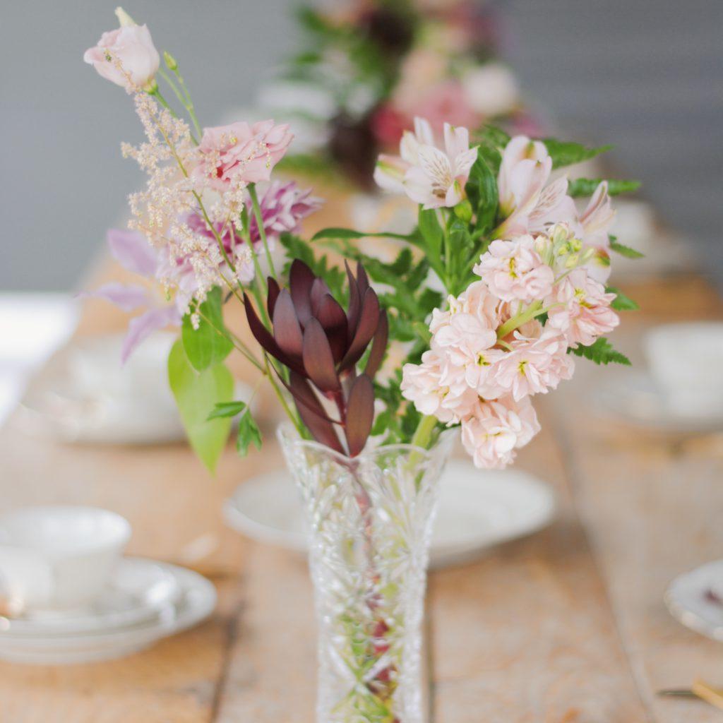 bloemen tijdens een vintage feestje voor een verjaardag