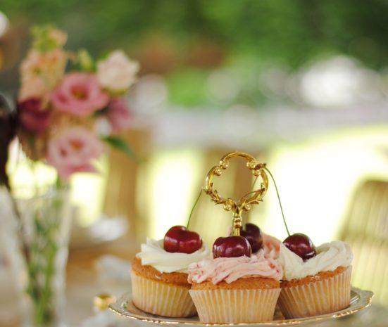 tea time met cupcakes en koffie tijdens een feestje