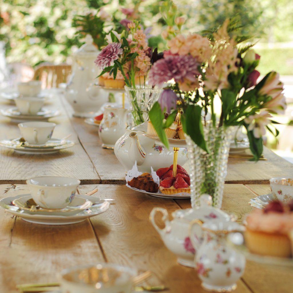 Aangedikte tafel tijdens vintage feestje met tea time