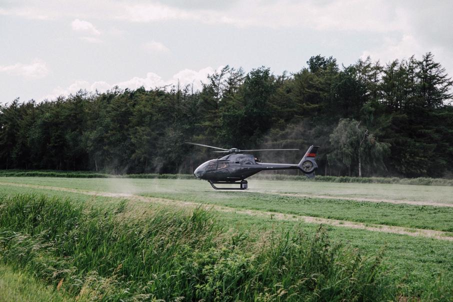 Helikopter landt voor trouwfeest