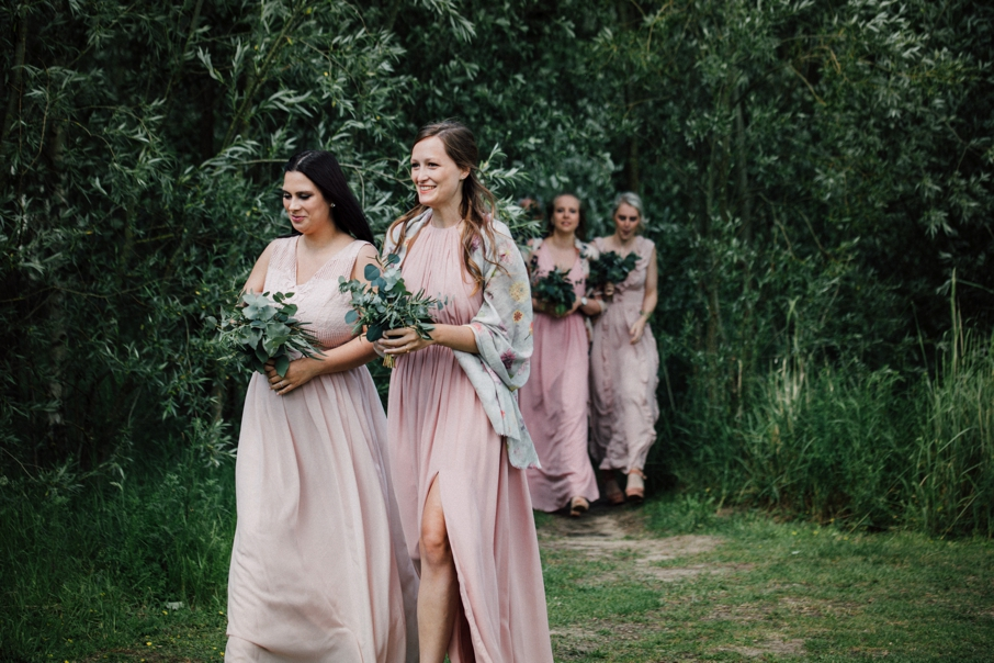 bruidsmeisjes lopen naar het altaar voor een ceremonie