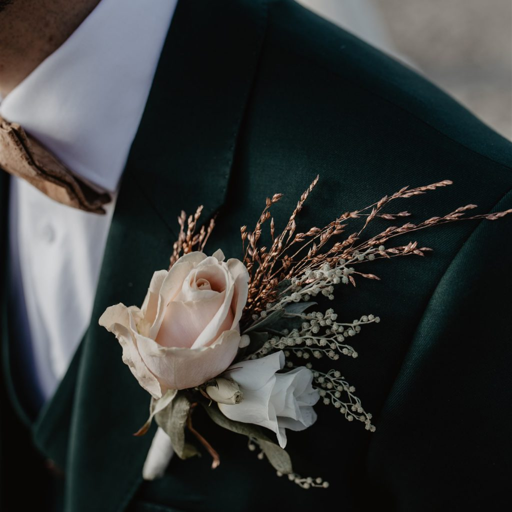 Huwelijk in belgie industrieel met roze accenten