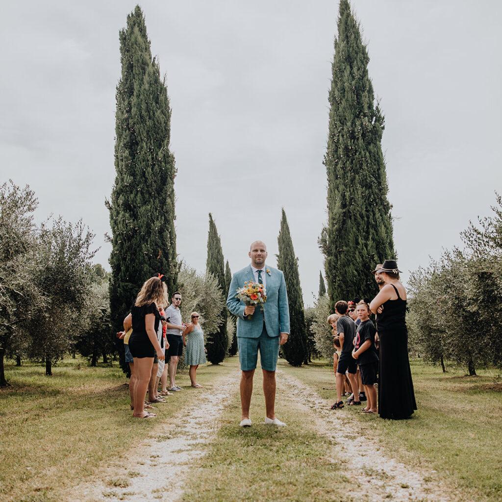 Persoonlijke huwelijksceremonie aan het gardameer prachtig trouwfeest tussen de olijfbomen